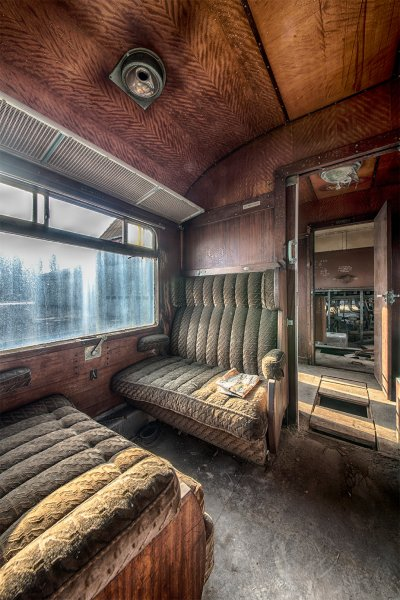 Ржавые потолки, изъеденные молью сиденья — всё это выглядит впечатляюще, тем не менее.